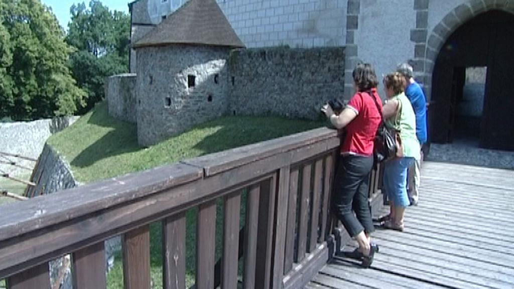 Turisté obddivují příkop v Nových Hradech