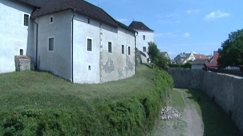 Opravený příkop v Nových Hradech