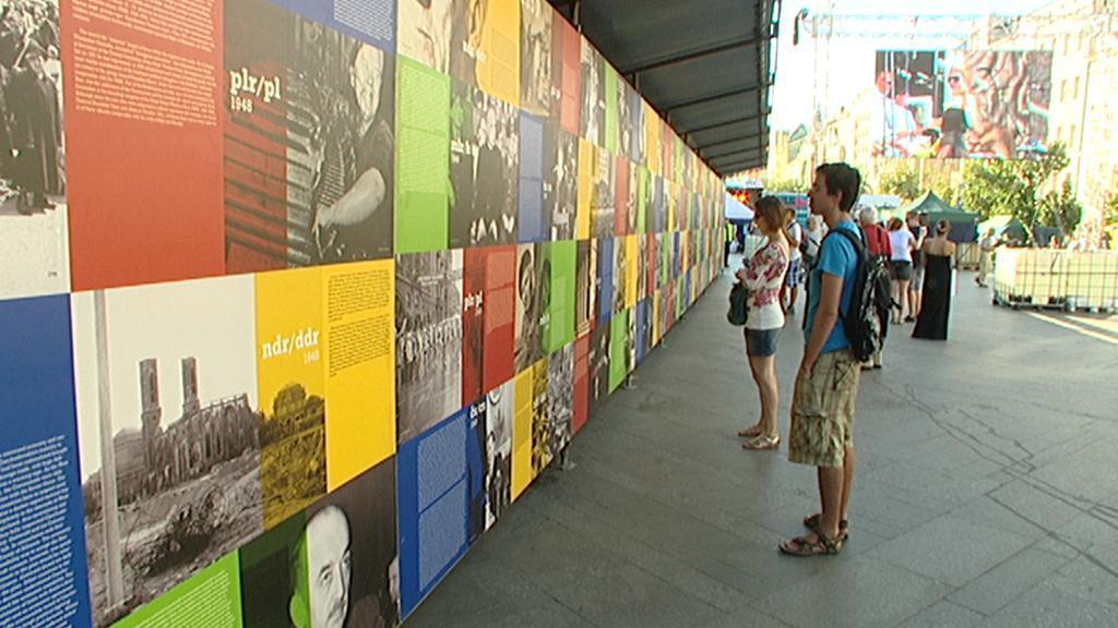 Výstava dobových  fotografií na Václavském náměstí
