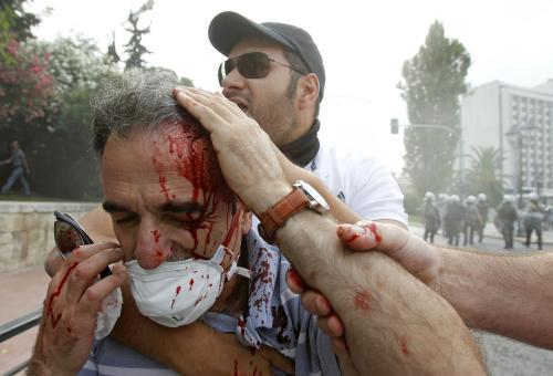 Řecké protesty provází násilí