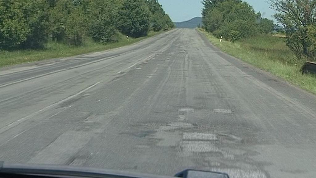 Poničená silnice u Luhova na Českolipsku