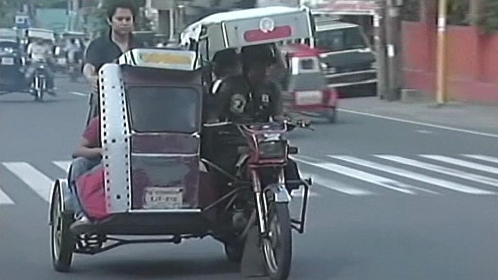 Klasický motorový tuk tuk v ulicích Manily