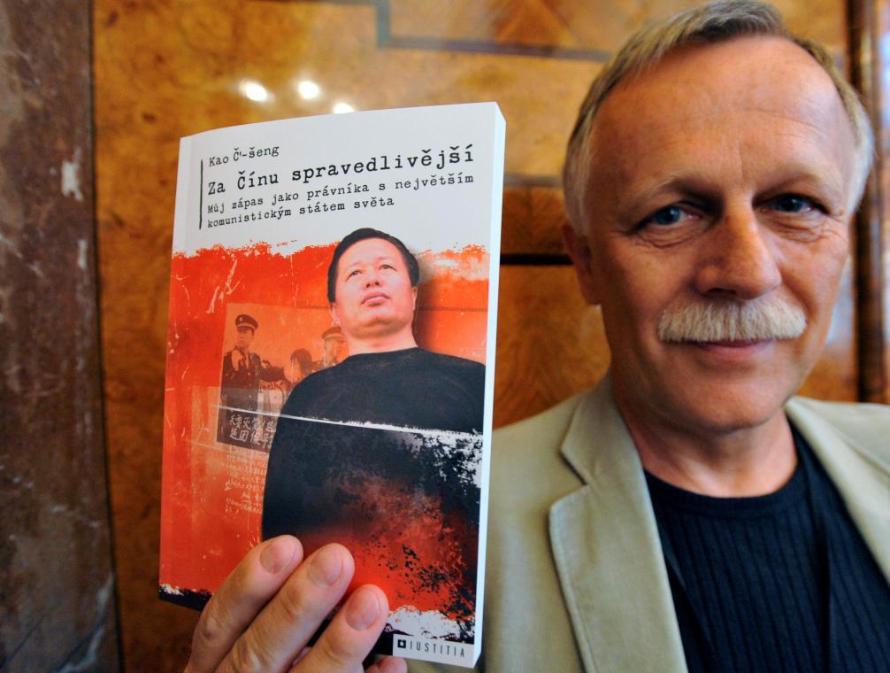 Jiří Dědeček s knihou čínského disidenta