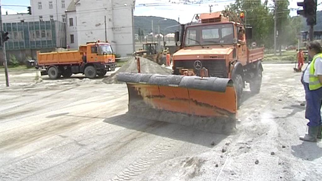 Odstraňování tuku z křižovatky v Ústí nad Labem
