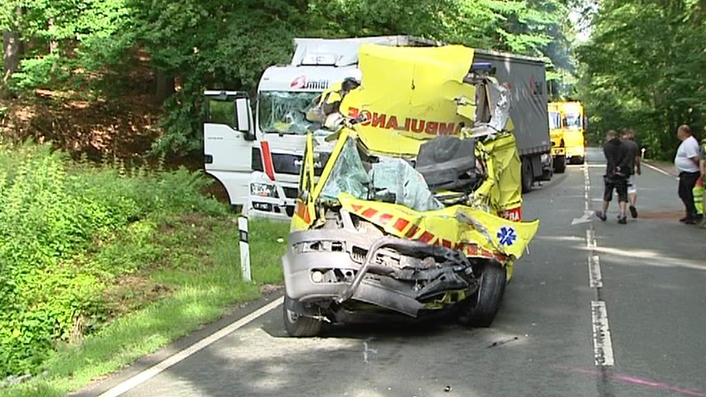 Nehoda sanitky a kamionu