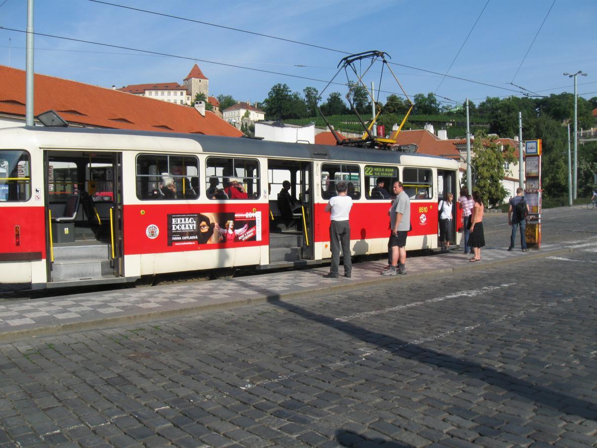 Poloprázdná tramvaj v den dopravní stávky
