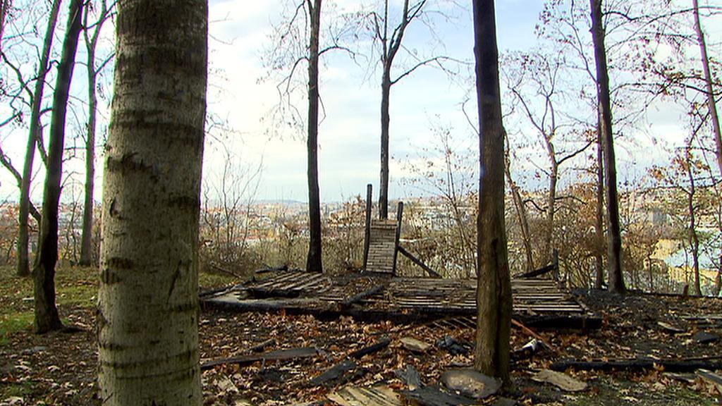 Zbytky chatky na Bohdalci, kde uhořel bezdomovec