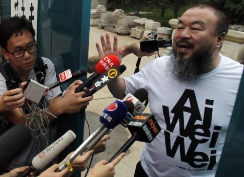 Aj Wej-wej před svým domem