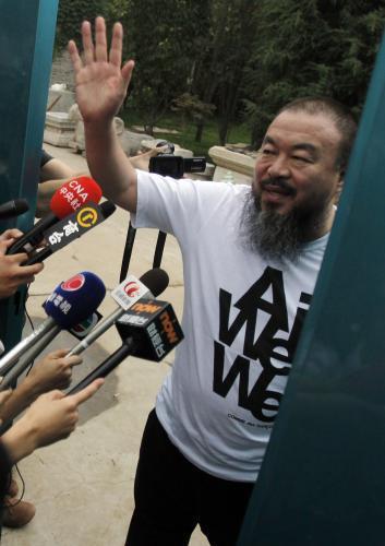 Aj Wej-wej mává svým příznivcům po propuštění z vězení