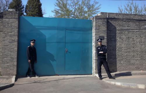 Policie před studiem umělce Wej-weje