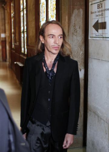 John Galliano přichází k pařížskému soudu
