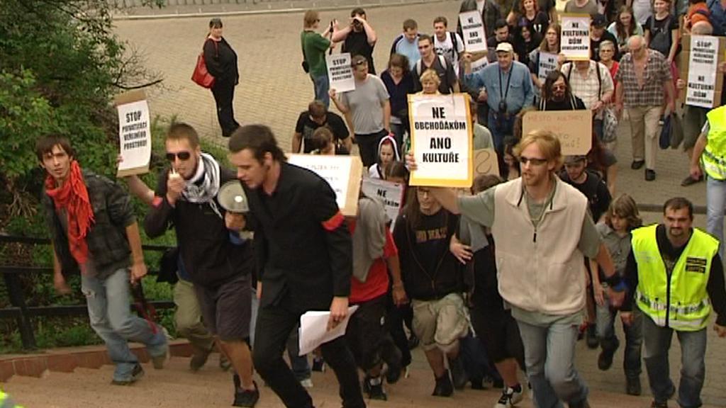 Demonstranti brání Dům kultury v Plzni