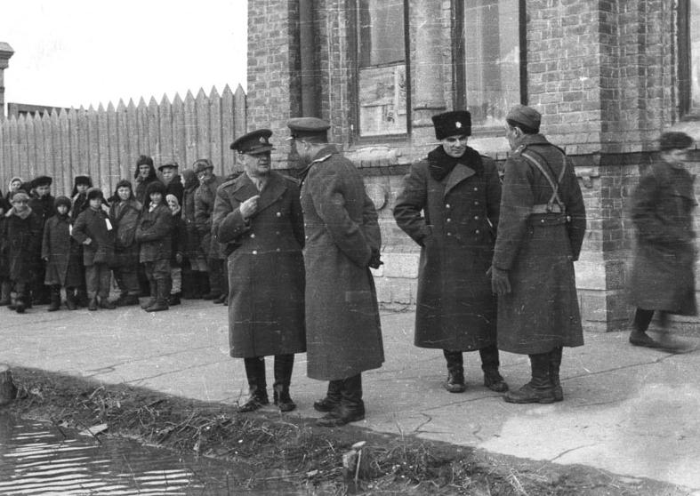 Heliodor Píka před štábem (Buzuluk 1943)