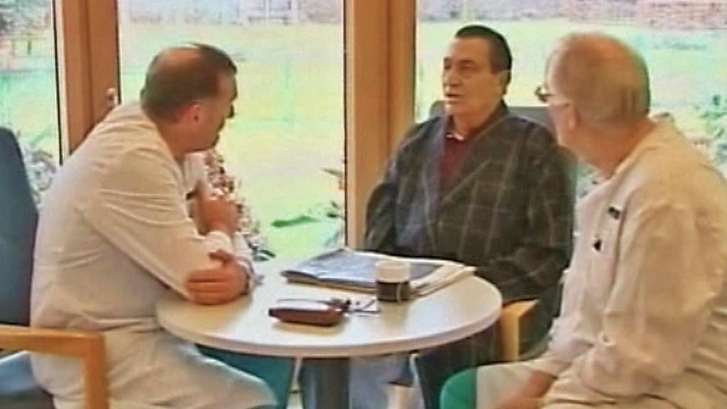 Husní Mubarak se svými lékaři