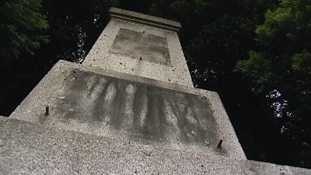 Poničený pomník