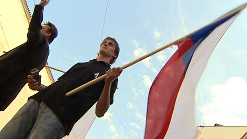 Stávkující s národní vlajkou