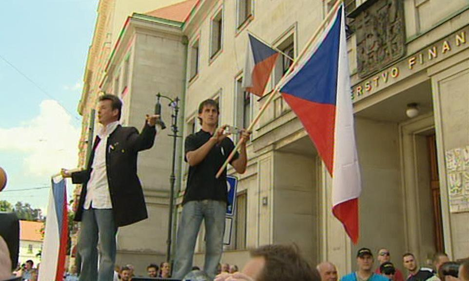 Demonstranti před ministerstvem financí