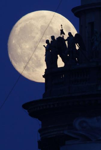 Východ Měsíce v Petrohradě