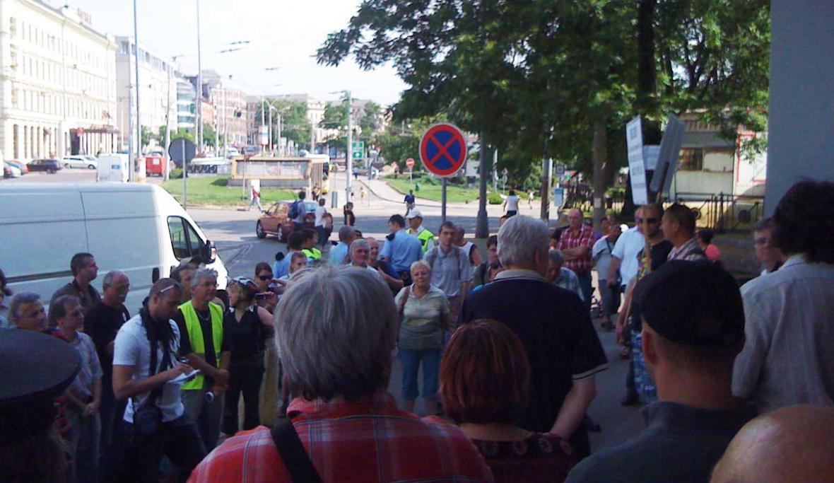 Odboráři před brněnským nádražím