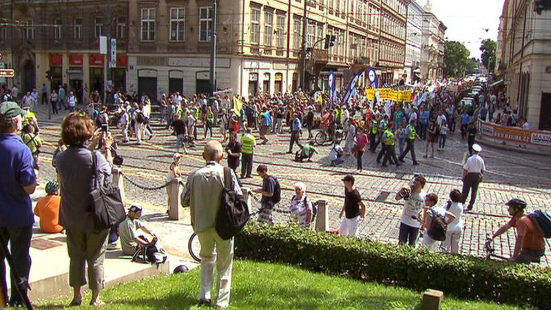 Stávkující kráčí po pražském Újezdě