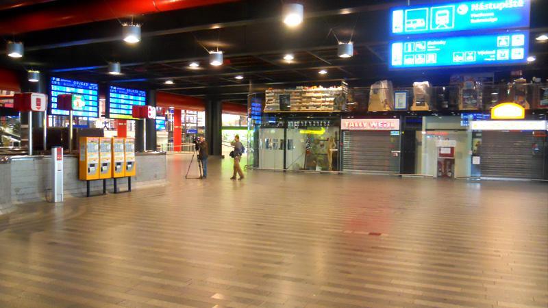 Prázdná hala pražského hlavního nádraží