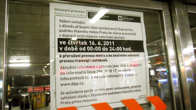 Informace o omezení provozu na dveřích stanice metra Muzeum