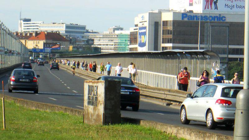 Nuselský most plný chodců