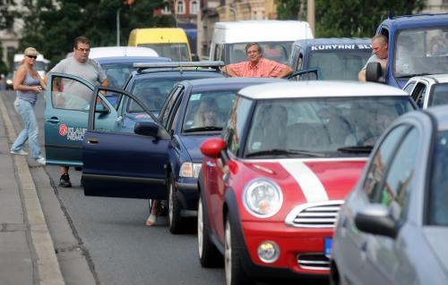 Řidiči čekali na zprůjezdnění Jiráskova mostu
