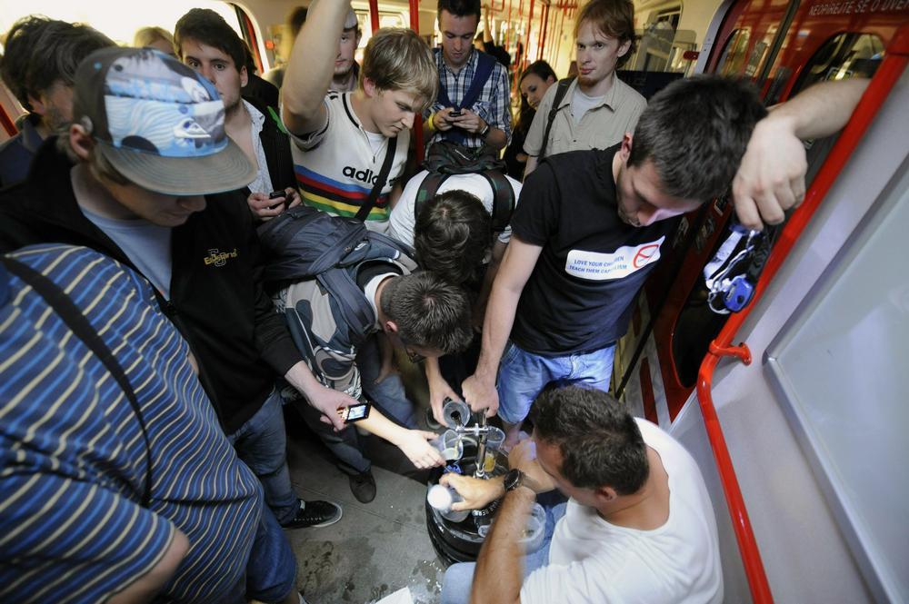 Účastníci happeningu v pražském metru