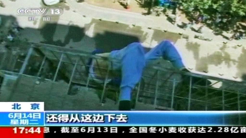 Pád čínského staříka zastavily mříže