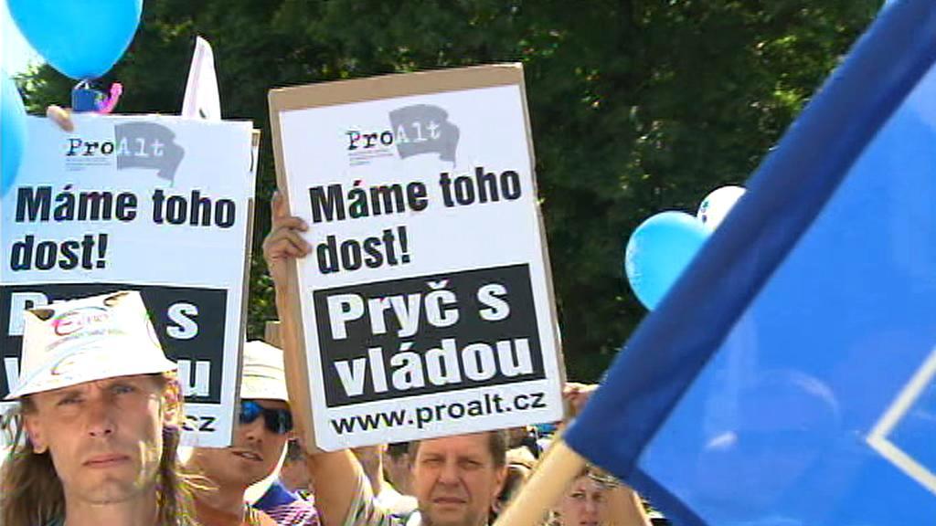 Demonstranti jsou vybaveni nejrůznějšími transparenty