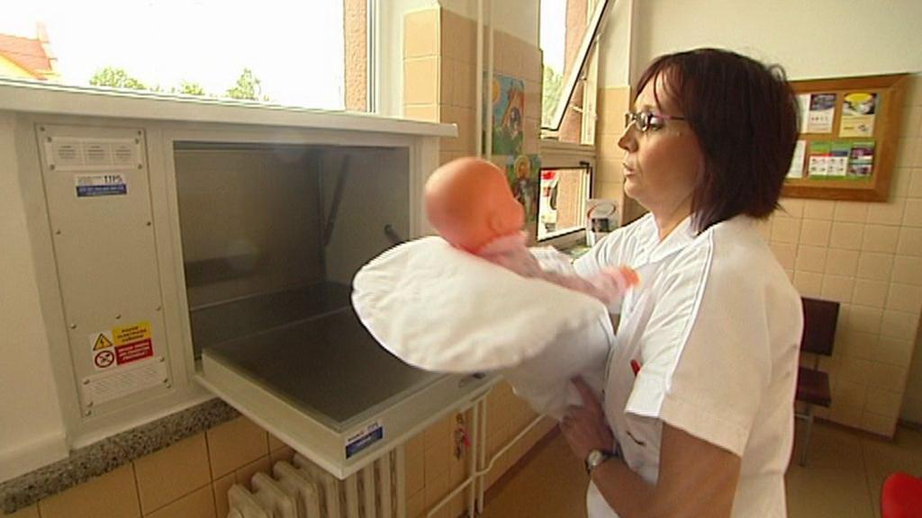 Testování nového babyboxu - příjem odložených dětí