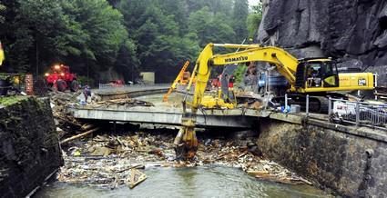 Těžká technika likviduje poničený most ve Hřensku