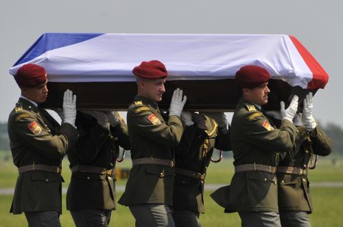 Rakev s ostatky mrtvého vojáka