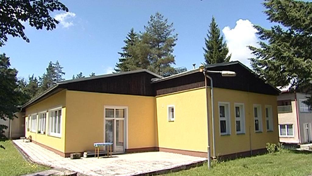 Bývalá mateřská školka přestavěná na chráněné bydlení pro seniory - Bukovany.