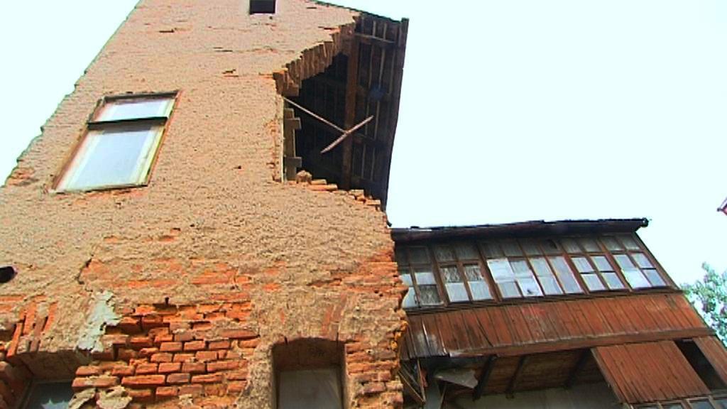 Poničený dům v Novém Bydžově