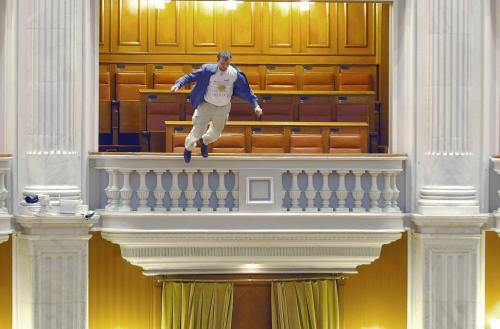 Adrian Sobaru skáče z balkonu v parlamentu