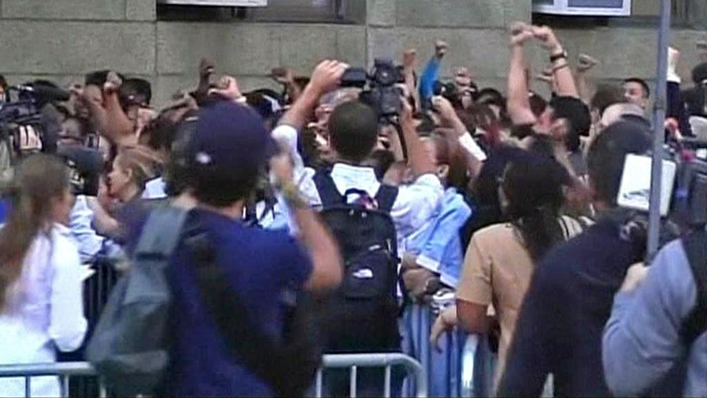 Pokojské demonstrují před budovou soudu