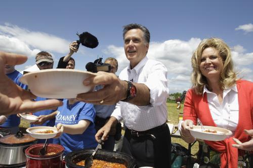 Mitt Romney s manželkou Ann servírovali účastníkům mítinku občerstvení