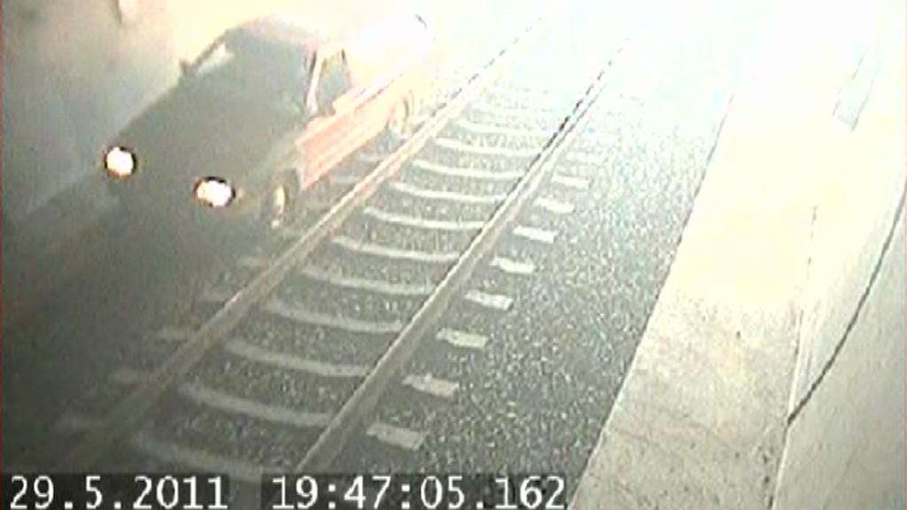 Auto v železničním tunelu