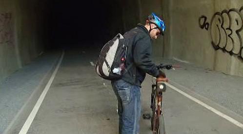 Cyklista v tunelu pod Vítkovem