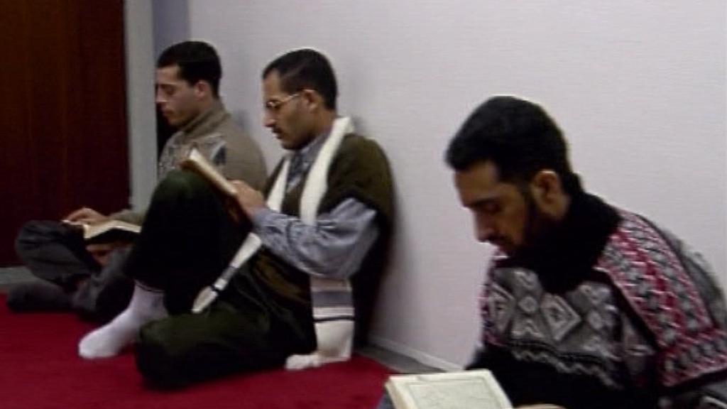 Muslimové žijící v Česku při modlitbě