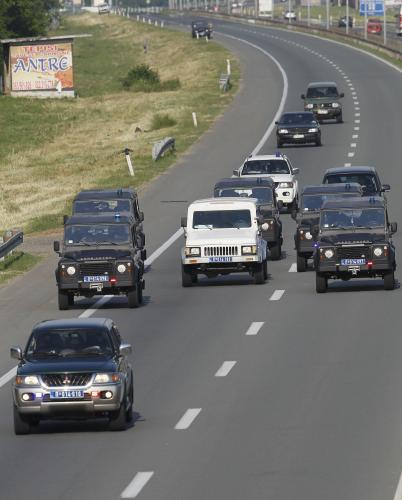 Kolona s Ratkem Mladičem míří na bělehradské letiště