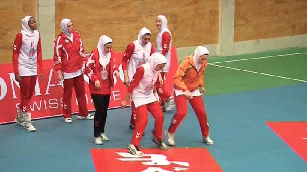 Íránské volejbalistky hrají zahalené