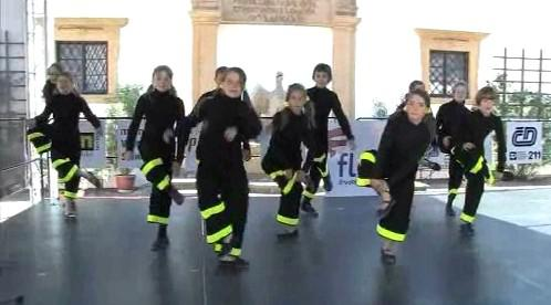Skupina tanečníků při vystoupení na bambiriádě