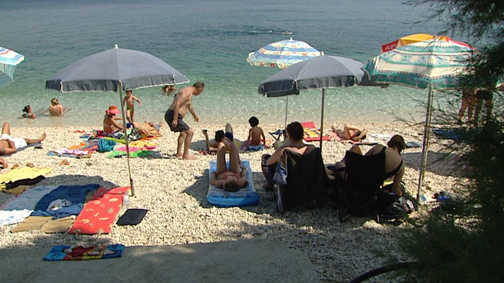 Turisté na pláži