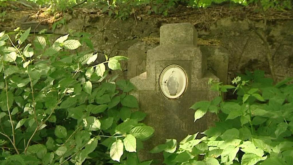 Německý náhrobek na zašlém hřbitově