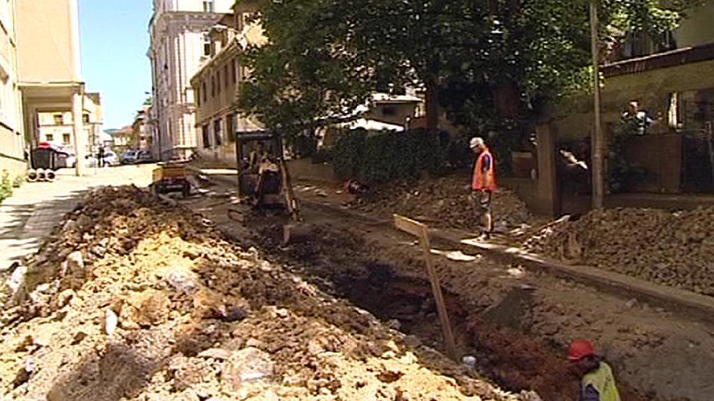 Dělníci rekonstruují ulici v centru Liberce