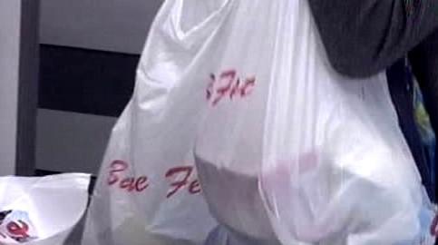 Nákup v igelitových taškách