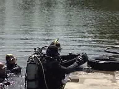 Potápěči čístí koryto řeky